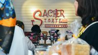 Lezatnya menikmati cake tanpa rasa manis yang berlebihan di toko kue Sacher Torte.