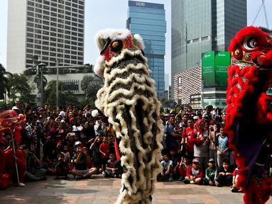 Pertunjukkan barongsai memeriahkan ajang car free day (CFD) di kawasan Bundaran Hotel Indonesia (HI) Jakarta, Minggu (26/1/2020). Barongsai tersebut sengaja dihadirkan dalam rangka perayaan Imlek 2020 untuk menghibur para warga yang tengah mengikuti CFD. (Liputan6.com/Johan Tallo)