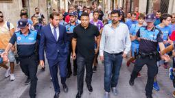 Legenda Brasil, Ronaldo, berkeliling kota Valladolid usai jumpa pers di Valladolid, (3/9/2018). Ronaldo resmi menjadi Presiden baru Real Valladolid setelah membeli 51 persen saham klub tersebut. (AFP/Cesar Manso)