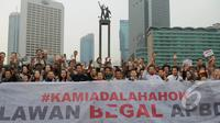 "Ratusan orang yang menamakan dirinya sebagai ""Teman Ahok."" melakukan aksi di Bundaran HI, Jakarta, Minggu (1/3/2015). Aksi mereka sebagai bentuk dukungan kepada Ahok yang ingin membongkar dana siluman di Pemprov DKI (Liputan6.com/Herman Zakharia)"