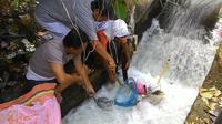 Mayat bayi laki-laki ditemukan nyangkut di aliran sungai kecil di perumahan BTN Tojan Indah, Desa Tojan Klungkung, Bali. (Baliexprees.Jawapos)