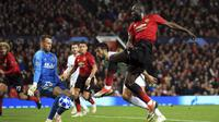 Striker Manchester United, Romelu Lukaku, melepaskan tendangan ke gawang Valencia pada laga Liga Champions di Stadion Old Trafford, Selasa (2/10/2018). Manchester United ditahan 0-0 oleh Valencia. (AP/Jon Super)