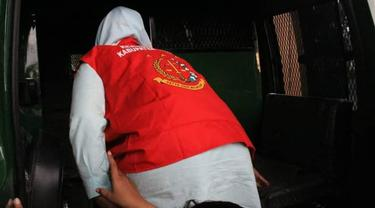 AWB salah satu tersangka kasus jalan lingkar Gorontalo Outer Ring Road (GORR) saat digiring ke Mobil tahanan (Arfandi Ibrahim/Liputan6.com)