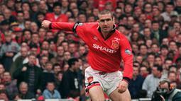 1. Eric Cantona - Cantona dipercaya menggunakan nomor 7 bersama Manchester United. Pemain yang dikenal keras ini sukses mempersembahkan sembilan gelar dan mencetak 82 gol dari 185 pertandingan di semua kompetisi untuk Manchester United. (AFP/Gerry Penny)