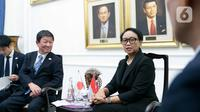Menteri Luar Negeri Retno Marsudi (kanan) berbincang dengan Menteri Luar Negeri Jepang Motegi Toshimitsu di Gedung Kemlu, Jakarta, Jumat (10/1/2020). Kunjungan tersebut membahas kerjasama di bidang investasi termasuk pengembangan pulau terluar seperti Natuna. (Liputan6.com/Faizal Fanani)