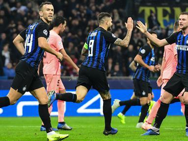 Para pemain Inter Milan merayakan gol yang dicetak Mauro Icardi ke gawang Barcelona pada laga Liga Champions di Stadion San Siro, Milan, Selasa (6/11). Kedua klub bermain imbang 1-1. (AFP/Miguel Medina)