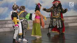 Pemain Teater Koma mementaskan Mahabarata di Kampus Tarumanegara Cilandak, Jakarta, Rabu (17/7/2019). Teater Koma kembali menggelar pentas Mahabarata bercerita Semar dan Tagog yang ditugaskan turun ke marcapada (bumi/Planet Jawa) pada 25 Juli-4 Agustus 2019 di TIM. (Liputan6.com/Fery Pradolo)