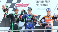 Juara MotoGP Prancis, Maverick Vinales bersama juara kedua, pembalap Tim Yamaha Tech 3 Johann Zarco dan juara ketiga, pembalap Tim Repsol Honda Dani Pedrosa merayakan kemenangan mereka di atas podium Sirkuit Le Mans, (21/5). (AP Photo/David Vincent)