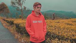 Rayn Wijaya nampaknya memiliki banyak koleksi hoodie. Pada foto kali ini, mantan kekasih dari Audi Marissa ini kenakan hoodie berwarna merah dipadukan dengan ikat kepala dengan senada. (Liputan6.com/IG/raynwijaya26)