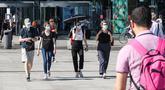 Para pejalan kaki yang mengenakan masker terlihat di Berlin, ibu kota Jerman, pada 6 Agustus 2020. Kasus COVID-19 di Jerman bertambah 1.045 dalam sehari sehingga total menjadi 213.067, seperti disampaikan Robert Koch Institute (RKI) pada Kamis (6/8). (Xinhua/Shan Yuqi)
