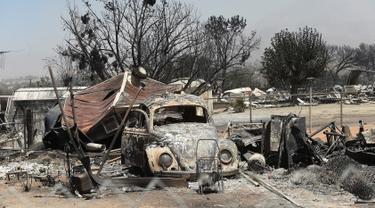 Sebuah mobil Volkswagen Beetle yang berada di antara puing-puing rumah terlihat hangus terbakar di perkampungan Erskine setelah kebakaran hebat melahap lahan di sepanjang South Lake, California, AS (24/6). (REUTERS/Noah Berger)