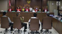Mantan Sekretaris Mahkamah Agung (MA) Nurhadi (kedua kiri)saat menjadi saksi pada sidang lanjutan dugaan suap terkait pengurusan sejumlah perkara dengan terdakwa Eddy Sindoro di Pengadilan Tipikor, Jakarta, Senin (21/1). (Liputan6.com/Helmi Fithriansyah)
