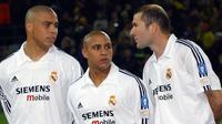 Roberto Carlos (tengah) saat masih membela Real Madrid bersama Zinedine Zidane (kanan) dan Ronaldo. (foto: Pasionfutbol)