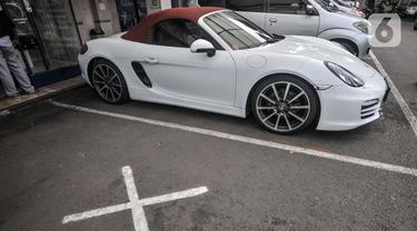 Mobil Porsche saat disita di Kantor Ditlantas Polda Metro Jaya, Jakarta, Senin (26/4/2021). Mobil mewah Porsche Boxter bernopol B 2204 MA yang diketahui milik BRK dan saat kejadian dikendarai putrinya AS kini disita polisi. (merdeka.com/Iqbal S. Nugroho)