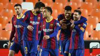 Pemain Barcelona merayakan gol yang dicetak Lionel Messi ke gawang Valencia dalam laga jornada 34 La Liga, Senin (3/5/2021). Lionel Messi mencetak dua gol dan membawa Barcelona menang 3-2 dalam laga tersebut. (JOSE JORDAN / AFP)