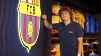 Antoine Griezmann saat sesi pemotretan di Barca Store. (Bola.com/Dok. FC Barcelona)