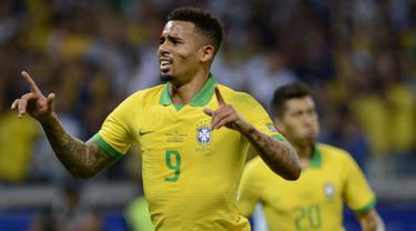 Striker Brasil, Gabriel Jesus, melakukan selebrasi usai membobol gawang Argentina pada laga Copa America 2019 di Stadion Mineirao, Rabu (3/7). Brasil menang 2-0 atas Argentina. (AP/Eugenio Savio)