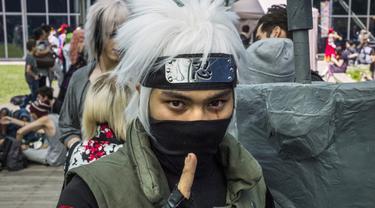 Seorang lelaki berkostum Kakashi dalam anime Naruto di Japan Cultural Institute, Paris, Rabu (2/7/2014) (AFP Photo/FRED DUFOUR)