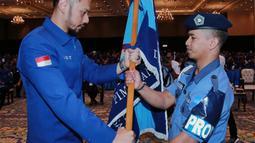 Ketum Partai Demokrat, Agus Harimurti Yudhoyono (AHY) menerima pataka bendera Partai Demokrat usai terpilih secara aklamasi dalam Kongres V Partai Demokrat di JCC, Jakarta, Minggu (15/3/2020). (Liputan6.com/Dok Partai Demokrat)