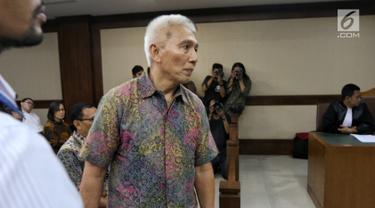 Bendahara Umum KONI Jhonny E Awuy usai menjalani sidang perdana sebagai terdakwa di Pengadilan Tindak Pidana Korupsi (Tipikor), Jakarta, Senin (11/3). Sidang tersebut mengagendakan pembacaan Surat Dakwaan. (Liputan6.com/Johan Tallo)