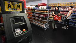 Pengunjung berbelanja di instalasi seni berjudul 'Sparrow Mart Supermarket' di hotel The Standard, Los Angeles, 10 Agustus 2018. Sparrow Mart juga dilengkapi lemari rak, freezer dan bahkan ATM yang semuanya terbuat dari kain felt. (MARK RALSTON/AFP)