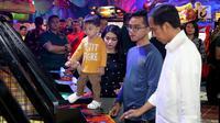 Cucu Presiden Jokowi, Jan Ethes Srinarendra ditemani Selvi Ananda dan Gibran Rakabuming bermain basket di Sun Plaza Medan, Sumatera Utara, Jumat (24/11). Ditengah kesibukannya Jokowi menyempatkan diri bermain dengan cucu. (Liputan6.com/Johan Tallo)