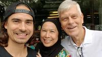 Ashraf Sinclair bersama kedua orangtuanya. (dok. Instagram @dida_sinclair/https://www.instagram.com/p/BTB3gGWDujO/Putu Elmira)