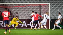 Gelandang Lille, Jonathan Bamba, saat mencetak gol ke gawang AC Milan pada laga lanjutan laga lanjutan Liga Europa di Stade Pierre Mauroy, Jumat (27/11/2020) dini hari WIB. AC Milan bermain imbang 1-1 menghadapi Lille. (AFP/Dennis Charlet/pool)