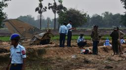 Tentara Myanmar menjaga reruntuhan jet tempur yang jatuh di area persawahan desa Kyunkone, berjarak satu jam dari ibu kota Naypyidaw, Selasa (3/4). Kantor kepala militer menyebut kecelakaan pesawat tempur itu dikarenakan kesalahan teknis. (AFP Photo)