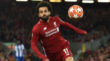 Penyerang Liverpool, Mohamed Salah berusaha mengejar bola selama leg pertama perempat final Liga Champions melawan Porto di Stadion Anfield, Rabu (10/4/2019). Liverpool mengantongi modal untuk melangkah ke semifinal Liga Champions setelah meraih kemenangan 2-0. (Paul ELLIS / AFP)