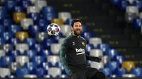 Penyerang Barcelona, Lionel Messi mengontrol bola saat mengikuti saat sesi latihan tim di stadion San Paolo di Naples, Italia (24/2/2020). Barcelona akan bertanding melawan Napoli pada leg pertama babak 16 besar Liga Champions. (AFP/Filippo Monteforte)