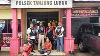 AR ditangkap aparat kepolisian di Kabupaten Ogan Komering Ilir Sumsel, usai melakukan begal sepeda motor menggunakan pistol mainan (Liputan6.com / Nefri Inge)