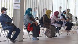 Warga antre saat mengikuti swab test massal di Rumah Sakit Universitas Indonesia (RSUI), Depok, Jawa Barat, Selasa (2/6/2020). RSUI menggelar program pekan swab test massal mulai tanggal 2-19 Juni 2020. (Liputan6.com/Herman Zakharia)