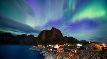 Cahaya utara (aurora borealis) menghiasi langit di atas Reinfjorden di Reine, di Kepulauan Lofoten, Lingkaran Arktik (8/9). Biasanya cahaya Aurora  bisa terlihat di sekitar daerah kutub utara dan selatan. (AFP Photo/Jonathan Nackstrand)