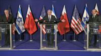 (Kiri ke kanan) Menlu AS Mike Pompeo, PM Israel Benjamin Netanyahu, dan Menlu Bahrain Abdullatif bin Rashid Alzayani, dalam konferensi pers usai pertemuan di Yerusalem, Rabu, 18 November 2020. (Foto: Menahem Kahana/via AP)