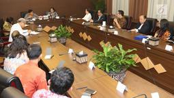 Suasana pertemuan antara petinggi EMTEK Group dengan Dewan Pertimbangan Presiden (Wantimpres) di Jakarta, Jumat (18/5). Pertemuan ini merupakan silaturahmi sekaligus pengenalan program-program yang ada di SCM. (Liputan6.com/Angga Yuniar)