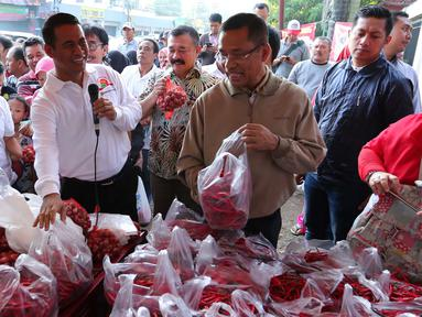 Menteri Pertanian Amran Sulaiman bersama dengan Menteri Perindustrian Saleh Husin saat meninjau oprasi pasar murah di Jakarta, Minggu (12/6). (Liputan6.com/Angga Yuniar)