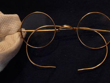 Sepasang kacamata Windsor bulat milik John Lennon dipamerkan di ruang lelang Sotheby di London, Inggris pada 25 September 2020. Harga kacamata tersebut diperkirakan mencapai 30.000-40.000 poundsterling atau sekitar Rp 572 juta hingga Rp 762 juta. (AP Photo/Kirsty Wigglesworth)