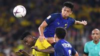 Malaysia dan Thailand beraksi pada semifinal leg pertama Piala AFF 2018 di Stadion Nasional Bukit Jalil, Kuala Lumpur, Sabtu (1/12/2018). (AFP/Mohd Rasfan)