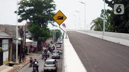 Kondisi lalu lintas sekitar Flyover Lenteng Agung yang hampir rampung pengerjaannya di Jakarta Selatan, Rabu (4/11/2020). Flyover Lenteng Agung dan Tanjung Barat yang berbentuk tapal kuda tersebut dibangun dengan nilai kontrak Rp 144,4 miliar. (Liputan6.com/Immanuel Antonius)