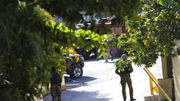 """Tentara berjaga di pintu masuk rumah mendiang Presiden Haiti Jovenel Moise di Port-au-Prince, Haiti, Rabu (7/7/2021).  Sementara itu, Ibu Negara Haiti Martine Moise dirawat di rumah sakit setelah serangan selamat dari serangan,"""" kata PM Claude Joseph. (AP Photo/Joseph Odelyn)"""