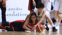 Pebasket putri Indonesia, Christine Aldora Tjundawan (kiri) berebut bola dengan pemain Korea, Park Hye Yon pada babak penyisihan Grup X Basket Putri Asian Games 2018 di Jakarta, Rabu (15/8). Indonesia kalah 40-108. (Liputan6.com/Helmi Fithriansyah)