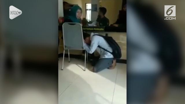 Seorang pria menangis hingga sujud di depan istrinya lantaran tak ingin diceraikan.