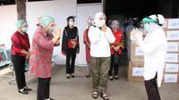 Tri Tito Karnavian menyalurkan Alat Pelindung Diri (APD) untuk sejumlah tenaga kesehatan di Manado.