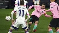 Penyerang Barcelona, Lionel Messi berusaha melakukan tembakan ke gawang Valladolid 3-0 dalam laga pekan ke-15 Liga Spanyol di Stadion Jose Zorrilla, Selasa (22/12/2020). Messi resmi melewati rekor Pele saat membantu Barcelona menggulung Valladolid 3-0 dalam laga tersebut. (Cesar Manso/Pool via AP)