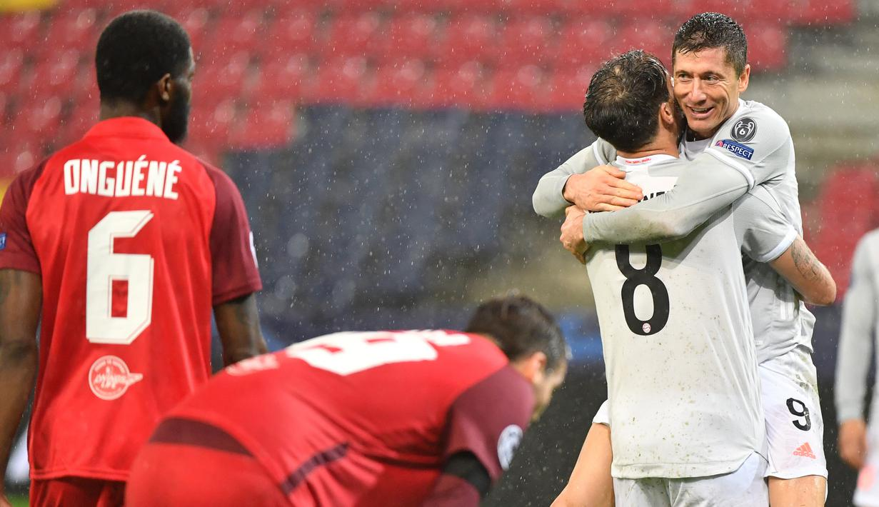 Penyerang Bayern Munchen, Robert Lewandowski, merayakan gol yang dicetaknya ke gawang Salzburg pada laga lanjutan Liga Champions 2020/2021 di Stadioin Wals-Siezenheim, Rabu (4/11/2020) dini hari WIB. Bayern Munchen menang 6-2 atas Salzburg. (AFP/Barbara Gindl/APA)