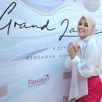 Sejak memutuskan berhijrah, presenter dan pemeran Olla Ramlan mengaku lebih senang bisnis. Yang terbaru, istri Aufar itu melebarkan bisnisnya di bidang fashion. (Bambang E.Ros/Fimela.com)