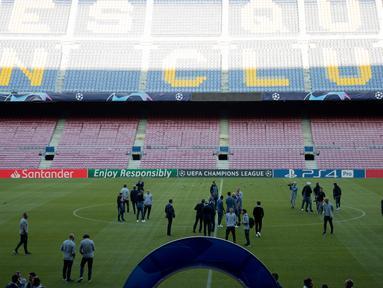 Pemain Inter Milan memeriksa lapangan Camp Nou di Barcelona, Spanyol (23/10). Inter akan bertanding melawan Barcelona pada grup B Liga Champions. (AP Photo/Joan Monfort)