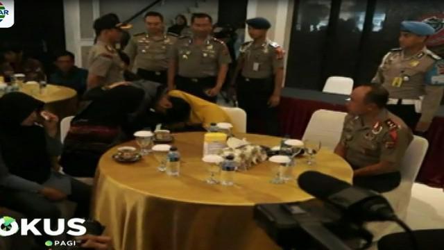 Suasana haru mewarnai pertemuan keluarga dan Irawan Maulana yang sudah menunggu sejak pagi.