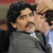 Pelatih Argentina, Diego Maradona, memeluk Lionel Messi usai ditaklukkan Jerman dengan skor 4-0 pada laga Piala Dunia di Stadion Green Point, Afrika Selatan, (3/7/2010). (AFP/Javier Soriano)